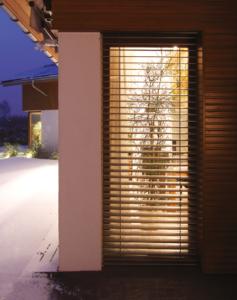 Obraz przedstawia żaluzję fasadową z zewnątrz.
