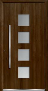 Brązowe drzwi zewnętrzne . Na środku są szklane okienka.Klamka jest duża w pozycji pionowej.