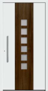Białe drzwi zewnętrzne z brązowy paskiem pośrodku. Na brązowym pasku są szklane okienka.Klamka jest w pionie.