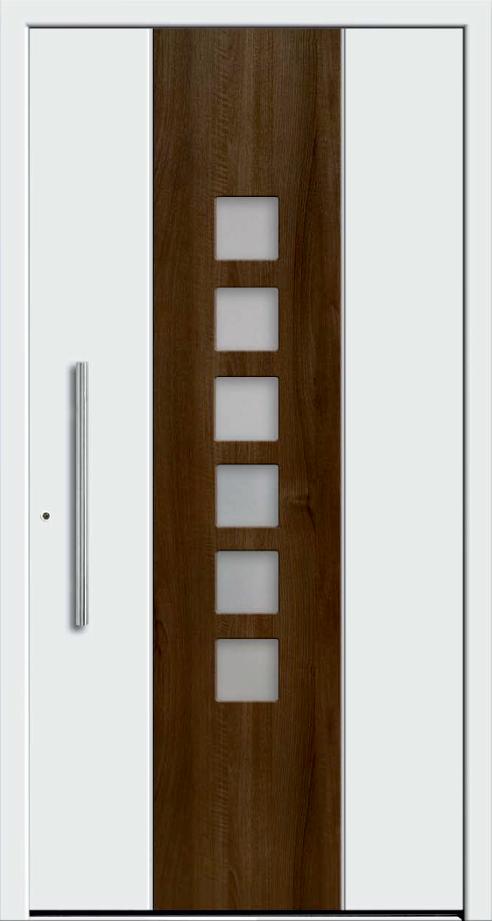 Białe drzwi zewnętrzne zbrązowy paskiem pośrodku. Nabrązowym pasku są szklane okienka.Klamka jest wpionie.