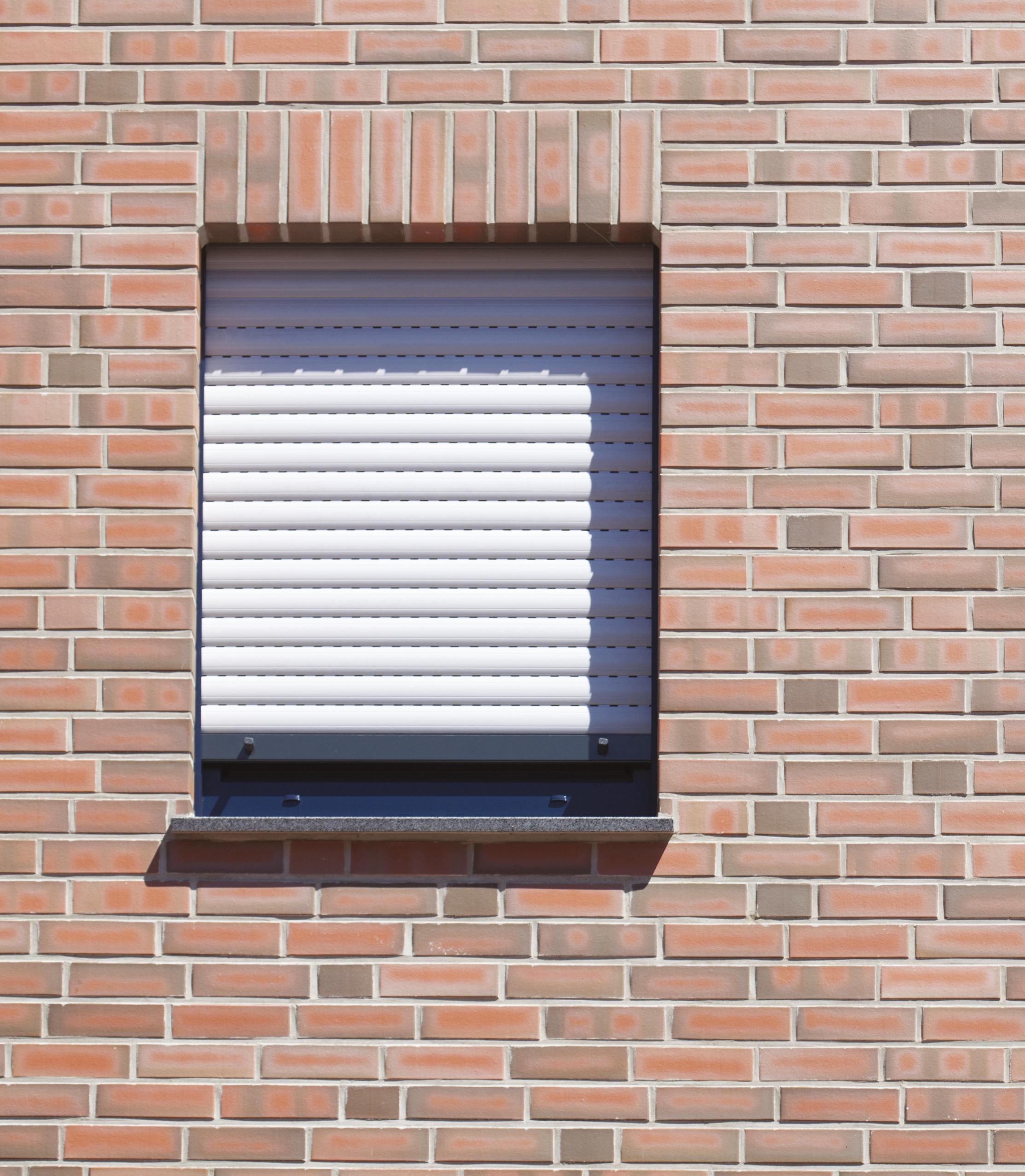 Ściana wkolorze cegły. Wścianie jest okno zroletą zewnętzrną