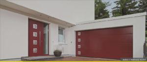 Po prawej stronie jest brama garażowa w kolorze czerwonym, a po prawej są drzwi o kolorze bramy garażowej.