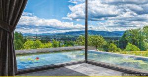 Zdjęcie z środka pomieszczenia przez szyby na panoramę gór.