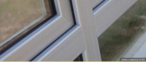 Zbliżenie na srebrną ramkę łączącą kilka okien.