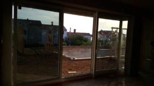 Zdjęcie z wnętrza budynku przedstawiające przesuwane drzwi balkonowe