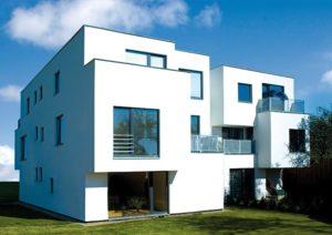 Budynek z oknami o różnych rozmiarach. Wszystkie okna są w kształcie prostokątów