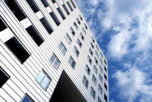 Wieżowiec z oknami w kształcie prostokątów o takim samym roamiarze.