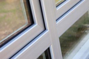 Zbliżenie na kawałek ramki okna.