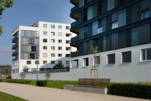 Budynek kilkupiętrowy z dużą liczbą okien. Budynek posiada pojedyncze balkony, a niektóre okna mają zewnętrzne rolety.
