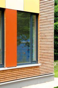 Zbliżenie na dwa prostokątne okna. Okno po prawej jest dużo mniejsze od tego po prawej.
