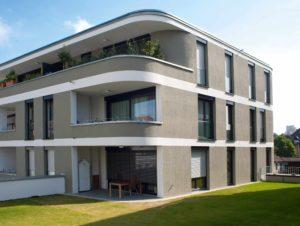 Budynek dwupiętrowy z oknami w kształcie podłużnych prostokątów. Budynek posiada balkony i drzwi balkonowe