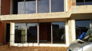 Na zdjęciu pokazane są przeszklone, przesuwane drzwi balkonowe.