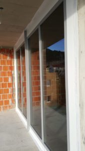 Zdjęcie pokazujące przeszkloną ścianę budynku.