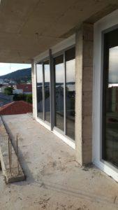 Świeżo wstawione okna. Okna zajmują większość powierzchni ściany.