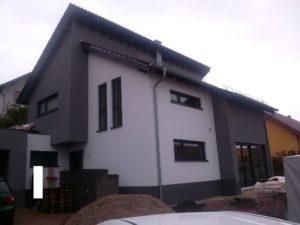 Budynek z oknami w położeniu wertykalnym i horyzontalnym. Wszystkie okna są w kształcie prostokąta.